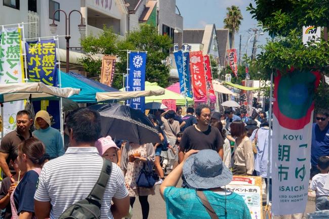 町外から来た人が気軽に地域活動に参加できるきっかけとなっている、毎月第三日曜開催の「こゆ朝市」