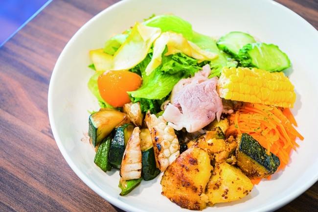 「こゆ野菜カフェ」は地域の食文化や農家さんにまつわるストーリーを体感できる「新富ガストロノミー」を2019年6月に実施。この日だけの特別コースを提供し、今後はインバウンド向けの食文化体験を提供していきたい考えです。