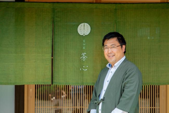 「茶心」支配人の高橋慶彦氏。  お茶の心に象徴される平和と調和の大切さを全世界に発信します。