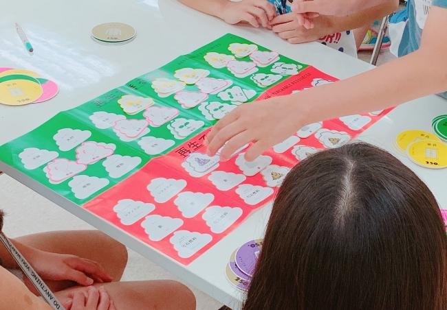 大ヒットした「うんこドリル」から生まれたカードゲームで、子どもたちのSDGsに対する興味と関心を喚起します。