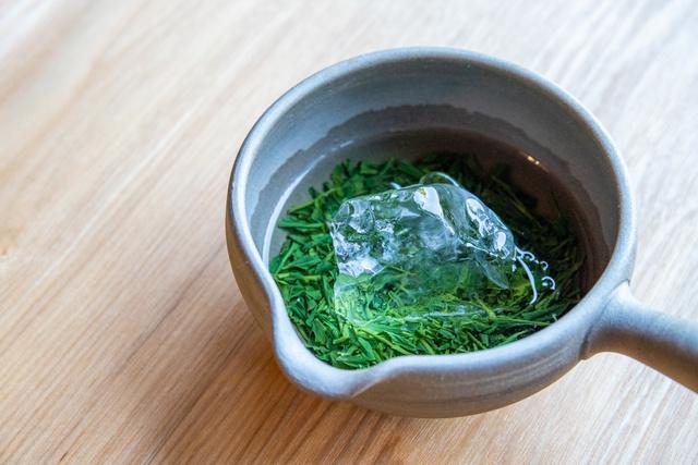 「茶心」では全国茶品評会で高い評価を得ている地元茶園の最高級茶を氷出しでウエルカムドリンクとして提供しています。