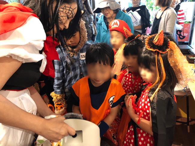 10月20日に新富町商店街でハロウィンパーティーを兼ねて開催された「こゆ夕市」では、仮装した多くの子どもたちが「エミーウォッシュ 」を体験しました。