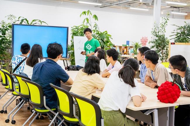 こゆ財団では教育関係者はもちろん、地域のし小中高生に新しい学びを提供するプログラムをさまざまな企業・団体と協力しながら提供しています。
