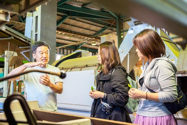 2020年4月のトライアルプログラムでは、高校生たちが町内のお茶事業者を訪問。課題解決につながるイノベーション提案に取り組みます。