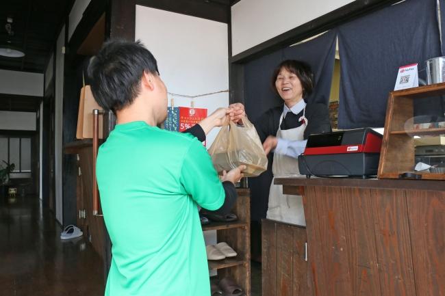 事前注文で翌日の準備と売上が確保できることから、テイクアウトは飲食店の支援策の一つとして有効です。