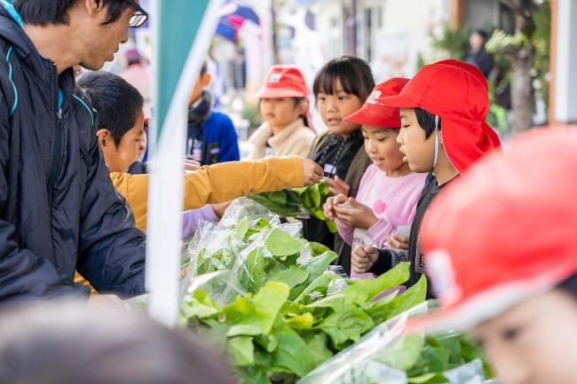 毎月第3日曜日に開催する「こゆ朝市」にて、地元の小学生たちが栽培したほうれん草を販売した。子どもたちは自ら考え、体験し、農業の魅力を感じていたようだ(撮影:中山雄太)