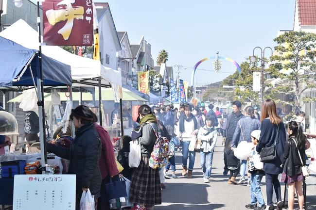 新富町の中心部では毎月第三日曜にこゆ財団が開催している「こゆ朝市」で賑わいを見せる一方、事業者の多くで高齢化が進み、後継者不足が進んでいます。