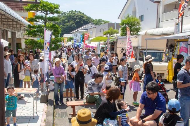 宮崎県新富町は毎月第3日曜日に「こゆ朝市」を開催(現在中止中)。町内外からの出店やイベント開催で商店街に賑わいを取り戻した。