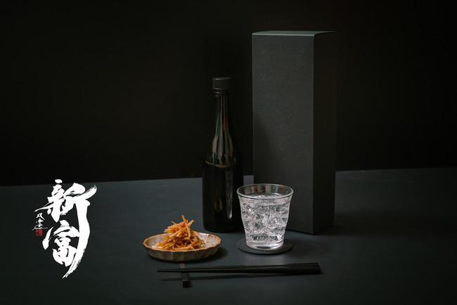 焼酎「新富」の完成イメージ。ラベルには書道家の武田双雲氏が新富町を実際に訪れて得たインスピレーションをもとに手掛けた書作品を使用する予定です。