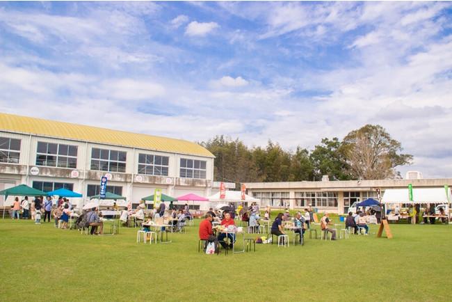 2019年11月に開催した、元・富田小学校追分分校での「そばの花祭り」。町産そばを使って粉挽きからそば打ち、また子どもたちはグラウンドで「ウォーキングサッカー」も楽しんだ。