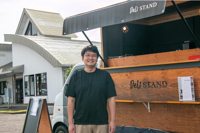 日向新富駅前でキッチンカー『DELI STAND』を営業する新富町地域おこし協力隊の河野大樹。