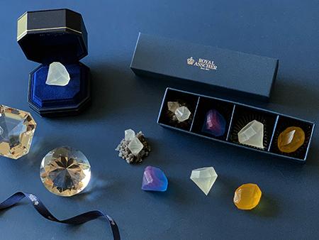 ダイヤモンドの原石やオリジナルカットなど、ブランドのレジェンドを物語る琥珀糖。