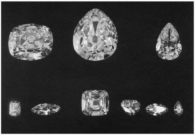 9個の大きなダイヤモンドと、複数の小さなダイヤモンドに姿を変えた「カリナン」。最大の「カリナンI世 (530.20ct)」は英国王室の王笏に、2番目に大きな「カリナンII世(317.40ct)」は大英帝国王冠に飾られている。