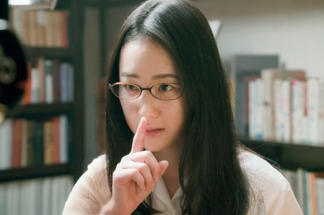 主人公・栞子はZoff SMARTを着用