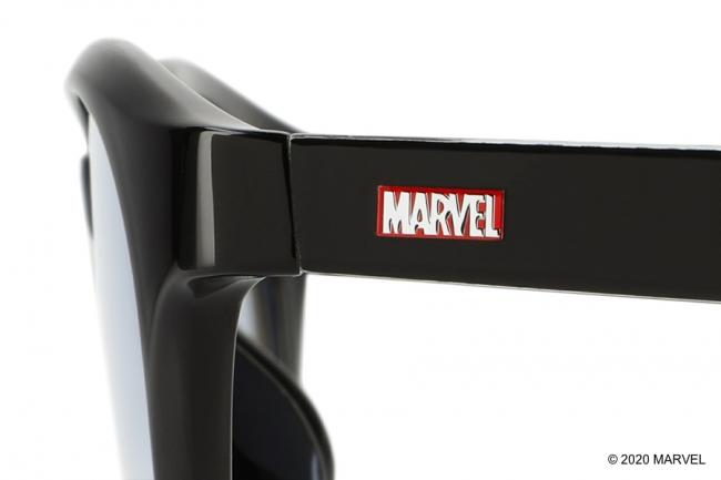 サイドには「MARVEL」ロゴを配置