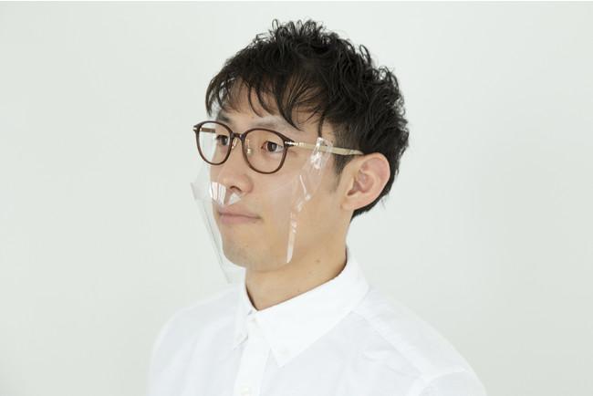 お手持ちのメガネと組み合わせることで、表情が見えてコミュニケーションがとりやすくなります。