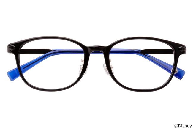 黒とブルーの組み合わせが際立つ一本。 透明感のあるブルーのテンプル(つる)は、芯金の黒のラインが透けて見えるようなデザインに。そしてフロントサイドに潜んでいるのは…?
