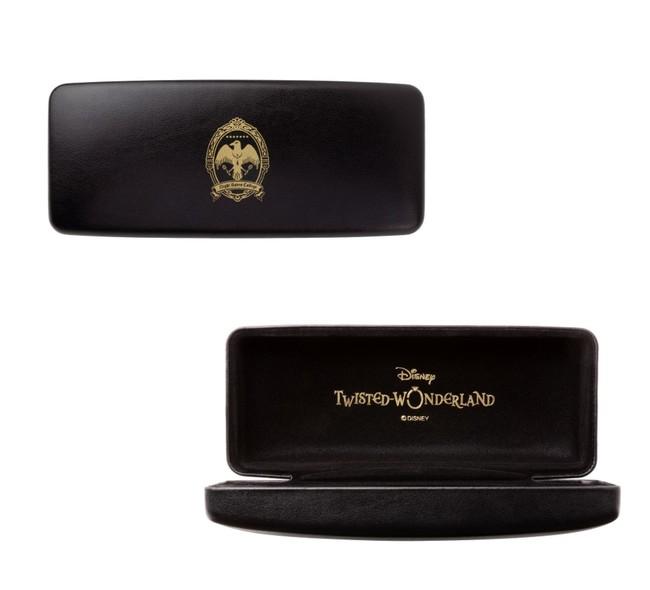 特製メガネケース(全モデル共通):表は校章が刻印されたシンプルで使いやすいデザイン。内側には『Disney Twisted- Wonderland』のロゴが刻印。
