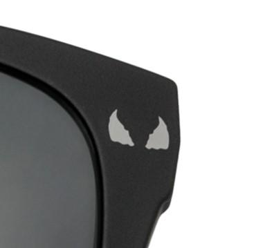 フロントアタッチメントのカラーレンズには VENOMのロゴや象徴的な目をレーザーで刻印