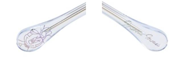 右のテンプルエンド(つる先)には、オリジナルアートのオーロラプリント。左には、ミニーマウスのサインが。