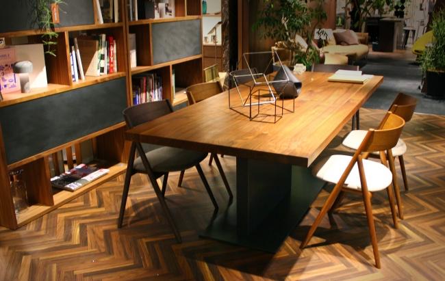 テーブル LIAM IRON、チェア TANGO