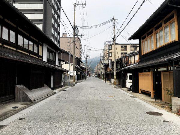 大津市内 旧東海道の風景。伝統的な町家の特徴を備えた商家が並ぶ