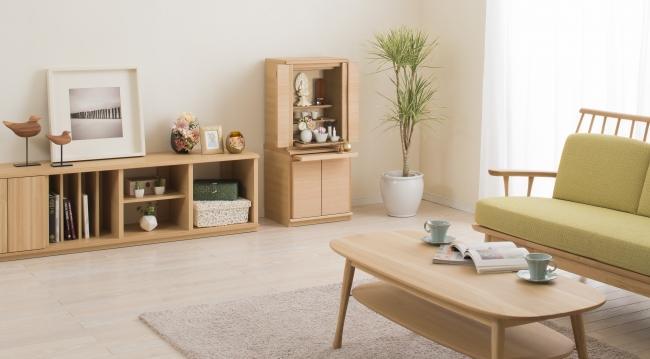 家族がソファでくつろぐ明るいリビング(オーク)仏壇ハイタイプ+下台ロータイプ
