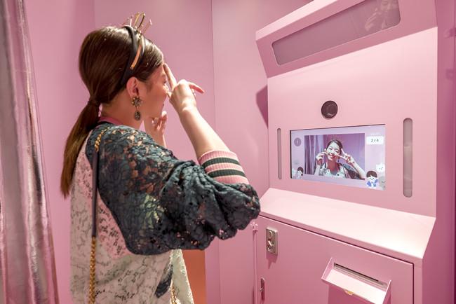 店内に設置された、四コマ写真「フォトグレイ」 フレームはドルチェ&ガッバーナ オリジナルデザイン