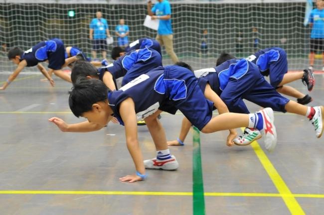 スポーツ科学に裏付けされた、幼少期に必要な「神経系統の発達」に効果的な300のプログラム(写真は「くま歩き」)