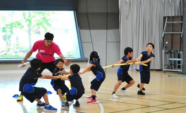 無学年でチームを組み、子どもたち自身で一人ひとりの役割や責任を決め、戦略や戦術を練りながらチームワークで勝つことを学び、スポーツでも社会でも役立つリーダーシップを身につけていきます。