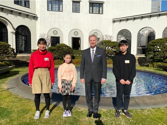 ジョセフ・M・ヤング駐日米国臨時代理大使を囲んで記念撮影