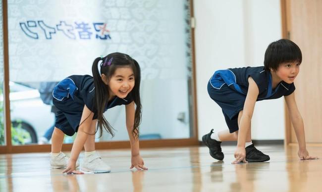 忍者ナインでは、スポーツ科学に基づいた、さまざまなスポーツに共通する9つの基本動作(走る・跳ぶ・投げる・打つ・捕る・蹴る・組む・バランス・リズム)が習得できるプログラムを提供