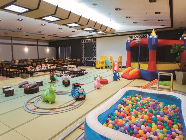 ボールプールやエアートランポリンなど、お子様がよろこぶ遊具が充実!(1階キッズルーム)