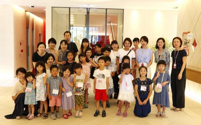 17名の家族が参加。社員と一緒に記念撮影。