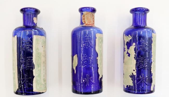 美顔水容器3点(1885年発売当時のもの)