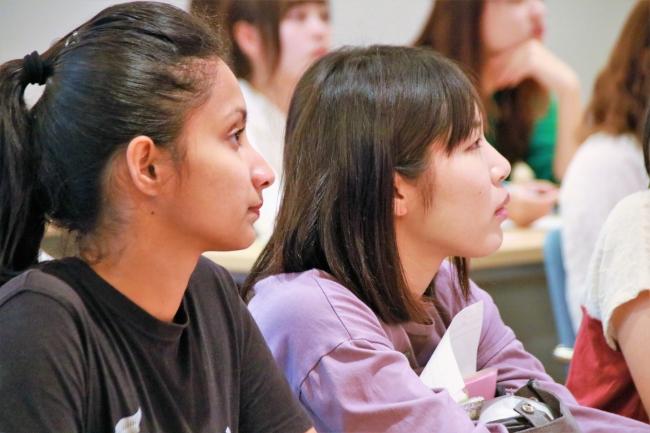 講義を聞き真剣に考える学生たち。