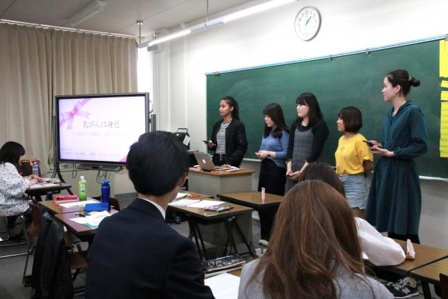 プレゼンテーションを行う生徒たち。