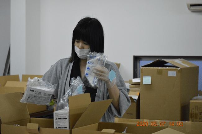 マスクの箱詰作業の様子