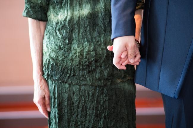 温かい手、  つないだのは何年ぶりだろう_祖母と新郎