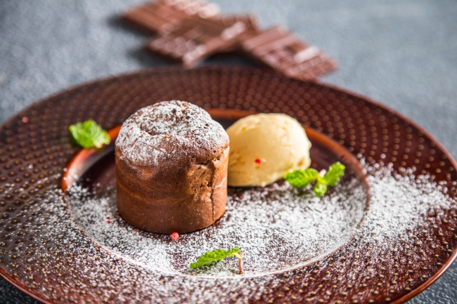 フォンダンショコラ アイスクリーム添え × 明治 ザ・チョコレート サニーミルク