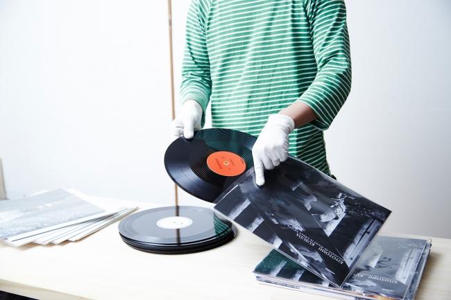市販のレコードに見劣りしないジャケットの印刷には、  高解像度の印刷機を使用。  さらに長期間の保存と耐久性の向上を図るために、  表面にラミネート加工を施しています。
