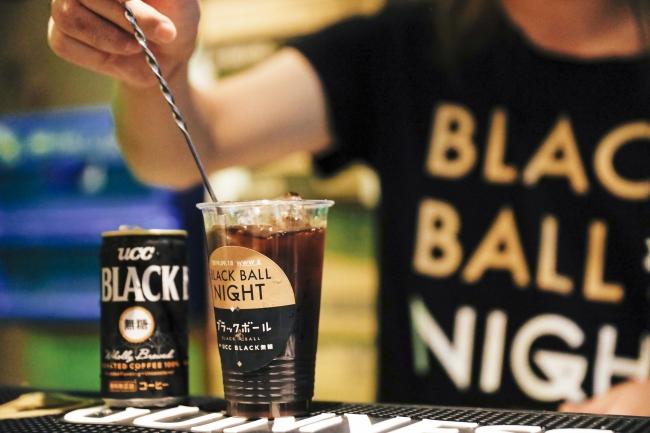 「UCC BLACK無糖」に好きなお酒を割って飲む「ブラックボール」