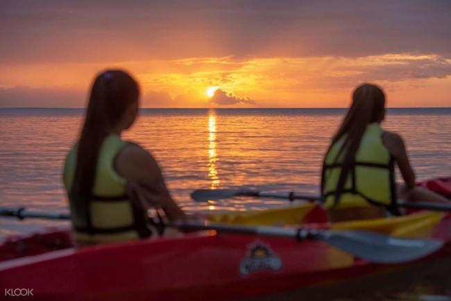 夕陽に染まった輝く海でサンセットカヤック