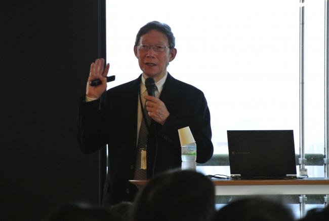 「日本産アロマと脳波の変化」について語っている古賀先生。