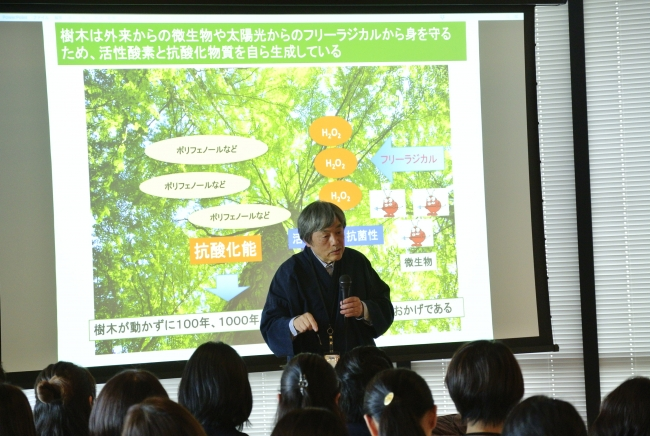 yuicaの発展を報告している弊社代表 稲本正。