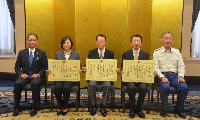 ▲左から、総支配人松田 秀明、神成 茜、小島 国美、桑原 和希、藤木麹町消防署長