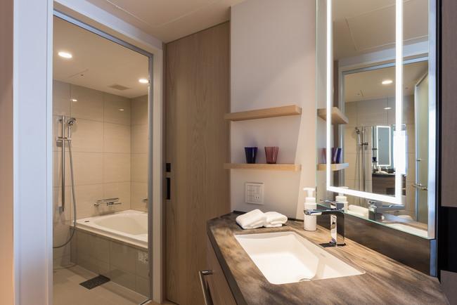 スーペリアツインの洗面スペースとバスルーム