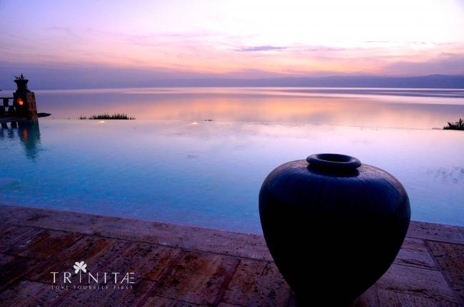 死海沿岸5つ星ホテルのスパから望む死海の夕焼け