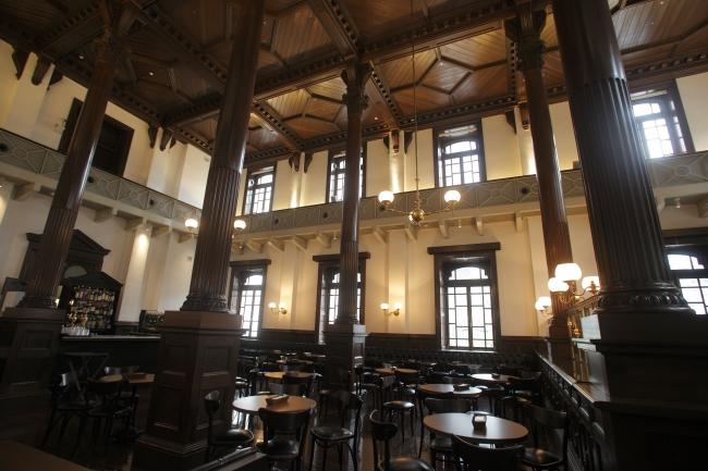 明治期の銀行営業室を忠実に復元したクラシカルな店内