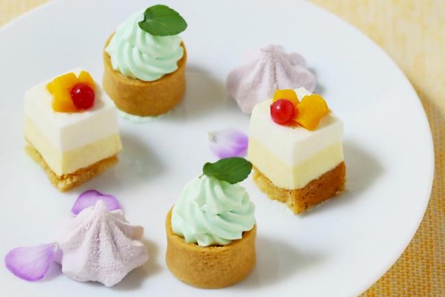 左手前から:カシスギモーヴ、ホワイトチョコミントタルト、ココナッツムースとパッションフルーツのレアチーズ